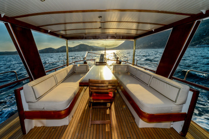 Deck Inside-Outside_02_Sounio Cruise