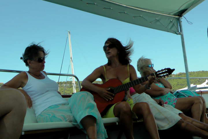 Travelers take the guitar and sing_01_Sounio Cruise